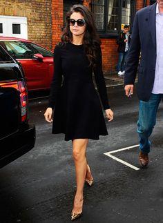 Vestido preto + scarpin onça. Selena Gones
