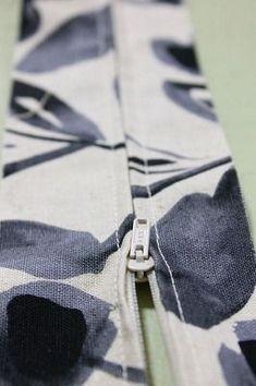 簡単ファスナーを隠す縫い方   初心者さんの洋裁教室 Himawari Sewing Hacks, Sewing Crafts, Sewing Case, Fashion Background, Classic Rugs, Paper Organization, Handmade Dresses, Sewing Projects For Beginners, How To Slim Down