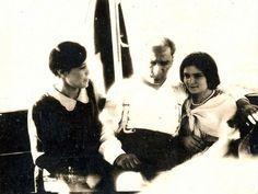 """Atatürk Kültür, Dil ve Tarih Yüksek Kurumu Atatürk Araştırma Merkezi'nin (ATAM) paylaştığı fotoğraflarda, cumhuriyetin ilk yıllarında Mustafa Kemal Atatürk'ün çıktığı Anadolu gezilerinden ve İstanbul Üniversitesi'nde harf devrimi çalışmalarında öğrencilerle yaşadıkları anlar yer alıyor. 19 Mayıs'ın """"Gençlik ve Spor Bayramı"""" olarak kutlanmaya başladığı ilk yıllara ait olduğu düşünülen fotoğraflardan birisinde, Atatürk Orman Çiftliği'ndeki bir alanda, yapılan etkinlikler görülüyor."""