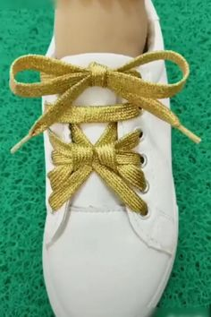clothing hacks videos fashion ~ clothing hacks & clothing hacks videos & clothing hacks diy & clothing hacks fashion & clothing hacks videos fashion & clothing hacks diy tips and tricks & clothing hacks pants & clothing hacks to look skinnier Ways To Lace Shoes, How To Tie Shoes, Diy Clothes Videos, Girly, Useful Life Hacks, Clothing Hacks, Diy Fashion, Fashion Top, Refashion