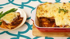 moussaka griechisch Today's rustic Greek Moussaka Dinner is perfect for feeding a crowd. On today's menu: Greek Moussaka; Tomato and Feta Salad; Yogurt Cheese with Honey. Canadian Living Recipes, 12 Recipe, Recipe Box, Low Carb Casseroles, Best Food Ever, Greek Recipes, Top Recipes, Recipies, Mediterranean Recipes