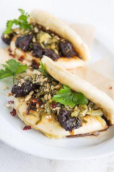 Für den taiwanesischen Burger Gua Bao werden Buns aus Hefeteig gedämpft und mit geschmortem Fleisch und Senfkohl gefüllt. Lecker!