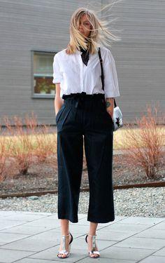 Street style look com camisa branca, calça culotte e bandana.