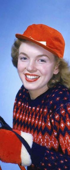 1946: Marilyn Monroe – Norma Jeane – wearing blue, red and white jumper + red baseball cap …. #marilynmonroe #pinup #monroe #marilyn #normajeane #iconic #sexsymbol #hollywoodlegend #hollywoodactress #1940s