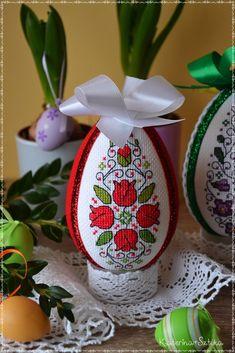 Katerina&Sztuka by Pasjonata-Art: lutego 2016 Cross Stitch Bird, Cross Stitch Patterns, Easter Bunny, Easter Eggs, Easter Cross, Egg Decorating, Bead Crafts, Hand Embroidery, Christmas Bulbs