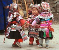Crianças Miao, da Tailândia, em roupas tradicionais.