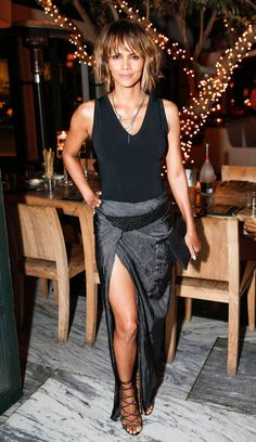 Halle Berry Stuns at Common's Toast to the Arts with Idris Elba. This woman has an amazing spirit nevermind physical beauty Halle Berry Style, Halle Berry Hot, Cleveland, Hally Berry, Miss Usa, Looking Gorgeous, Ohio, Celebrity Style, Berries