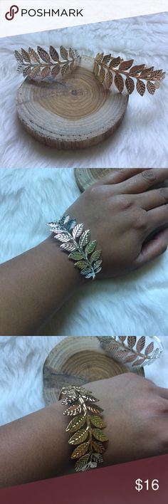 🌟NEW LISTING🌟🆕Leaves bangle Perfect for fall! Adorable leaves bangle in silver or gold tone. Expandable opening. Material: meta alloy. Boutique Jewelry Bracelets