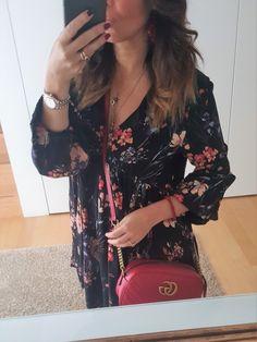 Come abbinare un abito nero a fiori: look del giorno. Moda over 40, moda over 50. Gucci Marmont rossa abbinamenti e outfit. #gucci #guccihandbags #guccibag #over40swomensfashion #over40 #over50 #over50fashion #fashiontrends2019 #over50fashionfiftynotfrumpy Gucci