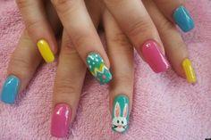Ein Oster-Design für die Nägel in zarten Farben und mit Osterhase