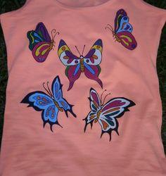 Camiseta mariposas. 20€. Si quieres cambiar algún detalle o añadir detalles nuevos, escríbenos a nohay2iguales@nohay2iguales.com y lo vemos.