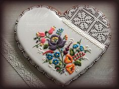 Judit Czinkné Poór is a Hungarian artist and pastry chef that creates the most incredible cookie art. Working from Mézesmanna which is the cake-decorating shop that makes what might just be the mos… Elegant Cookies, Fancy Cookies, Iced Cookies, Cute Cookies, Sugar Cookies, Cupcake Art, Cupcake Cookies, Hungarian Cookies, Bolacha Cookies