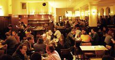 Die Prater Gaststätte - Hier wird ganzjährig hausgemachte Berliner Küche serviert. Auf der Speisekarte stehen Klassiker wie Königsberger Klopse, Wiener Schnitzel und Senfeier mit Quetschkartoffeln, sowie saisonale Spezialitäten wie Spargel, Pfifferlinge und Gänsebraten.