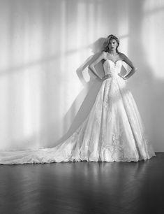 Robe de mariée princesse cintrée à la taille, en dentelle de Chantilly et tulle, décolleté en cœur, dos nu.- Studio san Patrick 2018-ZECILE