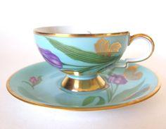 Hier is een prachtige turquoise of aqua blauwe theekopje versierd met paarse en gele tulpen met veel goud. Het werd gemaakt in Duitsland door RW