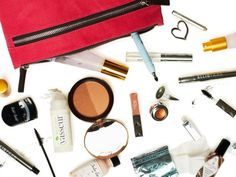 Tips to a Clean Makeup Bag and shows how long makeup lasts How To Look Attractive, Inside My Bag, Accessories Display, Clean Makeup, Style Challenge, Beauty Hacks, Beauty Stuff, Beauty Tips, Beauty Products