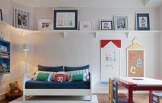 Faça uma surpresa para os pequenos: no projeto da arquiteta Fernanda Moreira Lima, os desenhos das crianças foram enquadrados e decoram uma prateleira