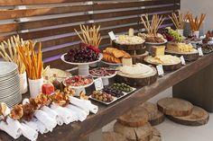 Para fiestas grandes: Los grandes buffets pueden funcionar mejor si se colocan diferentes mesas y dejas suficiente espacio entre ellos para evitar que todos estén amontonados. Los cubiertos, alimentos y bebidas ponlos en diferentes lugares para que tus invitados puedan servirse de manera ordenada, y recuerda que los cubiertos van al principio y las bebidas