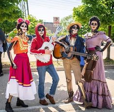 Coco theme Awesome Halloween Costumes, Disney Group Costumes, Disney Halloween Makeup, Family Themed Halloween Costumes, Halloween 2018, Creative Costumes, Cute Costumes, Halloween Cosplay, Halloween Kids