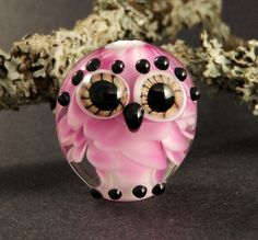 Handmade Lampwork Glass Owl Bead Pink Baby by PeggySudzLampwork. Love her, but never seen a pink owl before! Owl Crafts, Bead Crafts, Choses Cool, Pink Owl, Lampworking, Owl Jewelry, Beaded Animals, Owl Art, Beads And Wire