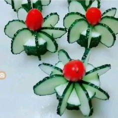 Beautiful food art Tomatoes and cucumbers - Ez a cikk azoknak szól, akik az ünnepi asztalt fel szeretnék dobni valami hangulatos, egyedi alkotással, ami varázslatossá és ünnepélyesebbé teszi a karácsony estét. Food Crafts, Diy Food, Food Food, Comida Diy, Creative Food Art, Food Art For Kids, Food Carving, Food Garnishes, Garnishing Ideas