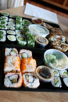Mini barcas de sushis para recepcionar a janta (garçons levam até as mesas quando tiver quantia de convidados adequados nela, para antes da janta, antes de se servir dos finger foods)