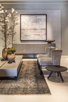 Mooie design woonkamer met eenvoudige meubels, afgewisseld met rijke patronen en stoffen. Mooi! #vennwooninspiratie #interieur #binnenkijken #vtwonen #woonstijl #wooninspiratie #wonen #meubels #inrichten #woontrends Bron: keijserenco