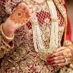 😍 @mahasphotography  #asianbridesblog #asianbrides #asianbridal #asianbride #pakistanibride #pakistanibridal #pakistanibrides #pakistanibridals #pakistanifashion Pakistani Bridal Couture, Pakistani Wedding Dresses, Bridal Dresses, Hyderabadi Jewelry, Dulhan Dress, Pakistan Wedding, Indian Costumes, Desi Bride, Asian Bridal