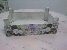 Caja de fresas ( técnica decoupage ). Decoupage, Fruit Box, Mix Media, Upcycle, Ikea, Recycling, Decorative Boxes, Tray, Crafting