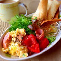朝ごはん Romantic Breakfast, Breakfast In Bed, Brunch Cafe, Food Combining, Bread Cake, Morning Food, Japanese Food, Japanese Meals, Food Plating