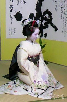 芸妓さんと舞妓さんのブログ (Maiko Fukue dressed up for the Gion Matsuri's...)