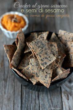 L'ora dell'aperitivo: cracker al grano saraceno e semi di sesamo, con crema di…
