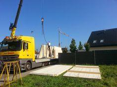 Ablegen der massivholz Dachelemente, umhängen mit Tragegeschirr - Holzhaus Vollholzhaus Montage - Bauplanung gerne mit unserem Holzhaus Architekten Team - http://www.zimmerei-massivholzbau.de