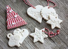 Skvelá inšpirácia pre vianočné tvorenie s deťmi. Spolu vytvoríte jedinečné ozdoby na vianočný stromček. Ak ich nechcete biele, môžete pridať 2 čl škorice.Potrebujeme:Cesto: 2 diely múky, 1 diel vlažnej vody, 1 diel soli, múku na podsypávanie, podložku, válček, plech na pečenieFormičky na vykrajovanieĽubovoľné predmety na odtláčanie vzorov, rôzne dekorácie, vetvičky ihličnatých stromov, voľačo pletené ..Postup: Christmas Diy, Christmas Decorations, Xmas, Christmas Ornaments, Holiday Decor, Homemade, Home Decor, Advent, Hampers