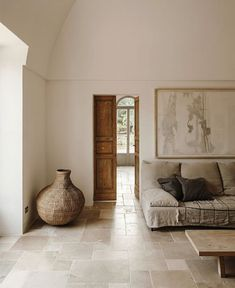 Andrew Trotter is the designer of the Villa Castelluccio, which is located in a rural area of Ceglia (Puglia). Villa Castelluccio uses local materials. Interior Design Living Room, Living Room Decor, Bedroom Decor, Villa, Interior Minimalista, Traditional Interior, Home Decor Styles, Beautiful Interiors