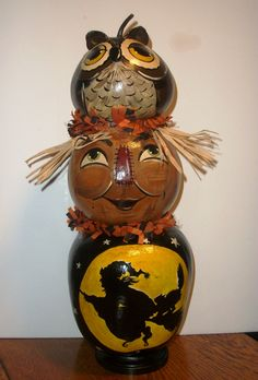 Harvest totem: Gourd owl, scarecrow and painted witch Halloween Gourds, Halloween Magic, Halloween Items, Halloween Pictures, Halloween Boo, Halloween Decorations, Hand Painted Gourds, Painted Pots, Painted Pumpkins