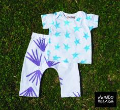 Remera en jersey estampa estrellas. Pantalón en jersey con estampa manitos. Talles 3 / 6 / 9 / 12 meses.