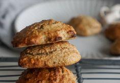 Troubu předehřejte na 165 °C.Do mixéru dejte datle, protein, vločky a skořici. Mixujte pár sekund a přidejte mléko a mandle. Rozmixujte dohladka.Do těsta přimíchejte lžičku prášku do pečiva.Připravte si plech vyložený pečicím papírem a pomocí dvou lžiček tvarujte na plech sušenky (6 větších nebo 12 menš... Healthy Recipes, Healthy Food, Baked Potato, Sausage, Clean Eating, Cookies, Meat, Baking, Být Fit