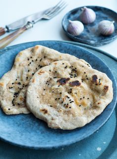 I forbindelse med at vi i sidste uge spisteRajma – vegansk indisk ret, lavede jeg disse grove naanbrød til. Normalt ville jeg lave sådanne brød med gær og lade dem hæve, men da det var en lidt hurtig idé med disse brød, lavede jeg dem med bagepulver istedet for gær. …
