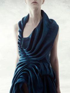 folds and draping (Yiqing Yin Couture) 3d Fashion, Fashion Details, High Fashion, Ideias Fashion, Womens Fashion, Fashion Design, Fashion Weeks, Paris Fashion, Textile Manipulation