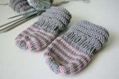 Vauvajuttuja: junasukat ja peukalottomat tumput | Ystäväni neula ja lanka Knitting For Kids, Baby Knitting Patterns, Crochet Baby, Knit Crochet, Knit Wrap, Handicraft, Mittens, Knitted Hats, Hello Kitty