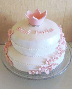 Pikku prinsessan ristiäiskakku - Irina - Kakun sisus on Red Velvet kakku, jonka välissä on valkosuklaa-tuorejuusto täyte. Kuorrute ja koristeet ovat sokerimassasta, ja kakun pinnalla on hento helmiäispinta.  Aina on aihetta leipoa kakku -kilpailun satoa 15.4. - 16.6.2014 https://www.facebook.com/leivojakoristele
