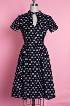 So smart and so retro. I love everything about this dress and could wear it to work. Beautiful. #retrodress #1940s #1950sfashion #ad
