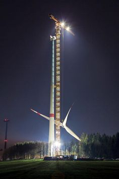 The largest Liebherr tower crane model, 1000 EC-B 125 Litronic, made it possible to lift a complete rotor......⭐️