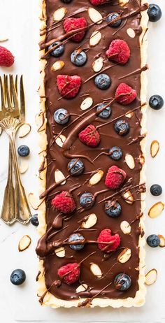 No Bake Chocolate Ganache Tart with fresh Raspberries. Rich, decadent, and completely vegan and gluten free! This easy chocolate dessert Recipe at wellplated.com | @wellplated