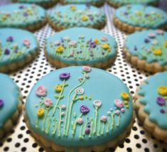 Flowers on Sugar Cookies - Pistachio Wrap Mother's Day Cookies, Fancy Cookies, Iced Cookies, Easter Cookies, Birthday Cookies, Cake Cookies, Cookies Et Biscuits, Cookie Frosting, Royal Icing Cookies