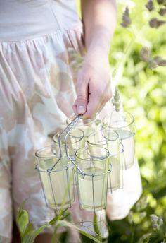 [ Granskottslemonad ] ca 4 liter färdig lemonad. 2 citroner / 1½ dl granskott / 2 dl socker / 2 l vatten | Riv citronzestet, pressa ur saften, lägg zest + saft i värmetålig skål med granskott + socker. Koka upp vattnet, slå över. Låt svalna i rumstemperatur, ställ svalt över natten el 10 tim. Sila genom duk eller stålsil. Späd efter smak.