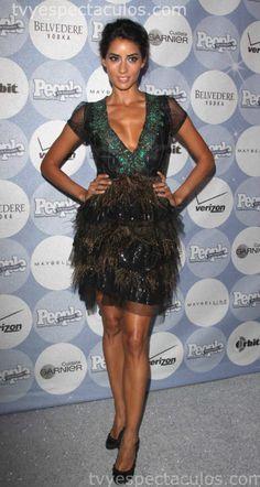 Este vestido con plumas y pedrería delimita perfecto su figura y se ve súper elegante.