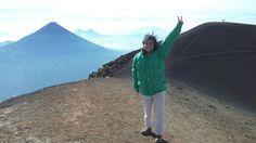 Viento soplando fuerte sobre el Plato del Volcán Acatenango. Atrás el volcán de Agua y más atrás, el volcán de Pacaya.