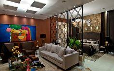 O painel vazado foi eleito por Hebert Evaristo e Luiza Fortkamp para separar a sala e o quarto no loft projetado para a Casa Cor SC. Foto: Divulgação